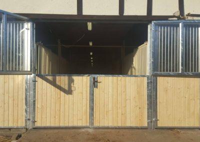 Stalltor mit Gitter und Sicherheitsglas